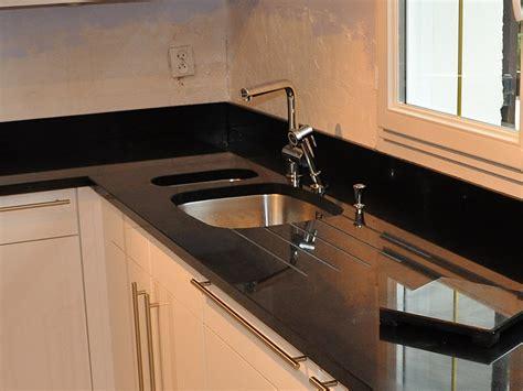 mitigeur cuisine noir avec douchette intérieur granit plan de travail en granit noir