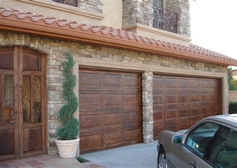 foto imitacion madera puerta garaje estilo espanol de