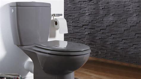 poubelle bureau design une touche de couleur dans les toilettes