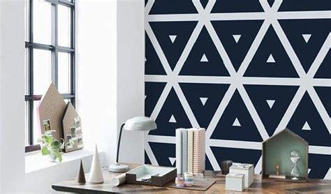 chambre de metier peindre des motifs géométriques sur un mur dans sa maison