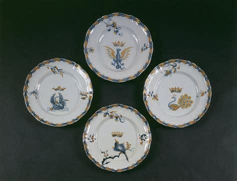 émile gallé 1846 1904 table œuvre assiettes plates du service de table héraldique