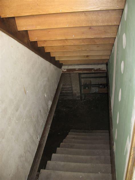 isolation cave  escalier