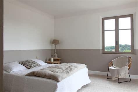 chambre couleur taupe et gris de la peinture en soubassement deco