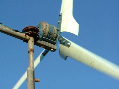 Как сделать простой ветрогенератор для дачи или дома своими руками