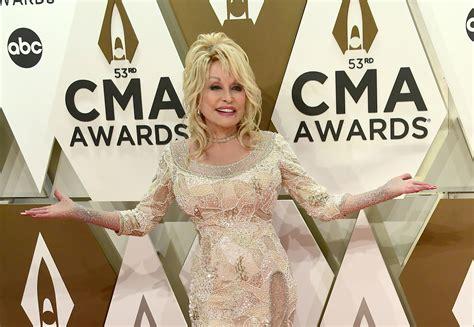 Dolly Parton Announces Hour-Long Christmas TV Special - UNILAD
