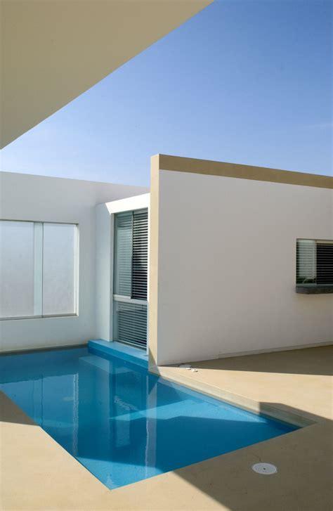 modern small beach house design  peru  javier artadi arquitecto digsdigs