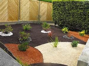 creation massif arbustif avec paillage pouzzolane With amenagement de petit jardin 8 paillage bois et ardoise pour amenagement exterieur et