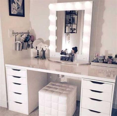 bureau de maquillage avec des lumières avec des tabourets