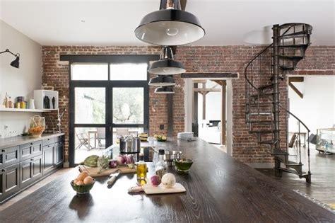 cuisine style atelier artiste peinture plafond ripolin et briques au mur pour un style