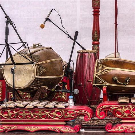 Ketika saat bambu saling beradu druri dana menghasilkan suara atau bunyi alat musik ini termasuk kedalam kelompok alat musik membranophone yang terbuat dari kayu dan selaput. Jenis Alat Musik Ansambel Cara Memainkan Daerah Asal Sumber Informasi - Berbagai Jenis Itu