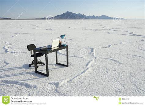 affaires de bureau bureau d 39 affaires et de bureau de chaise désert blanc vide