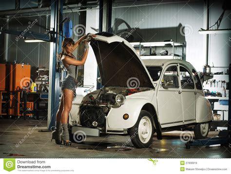 Frau In Garage by Un Femme R 233 Parant Un R 233 Tro V 233 Hicule Dans Un Garage