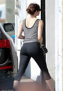 Emma Stone Flaunts Her Toned Limbs In Skintight Leggings