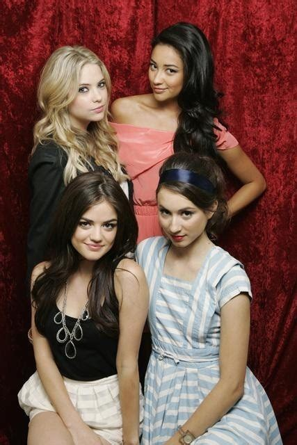 Shay Mitchell, Lucy Hale, Troian Avery Bellisario ed ...