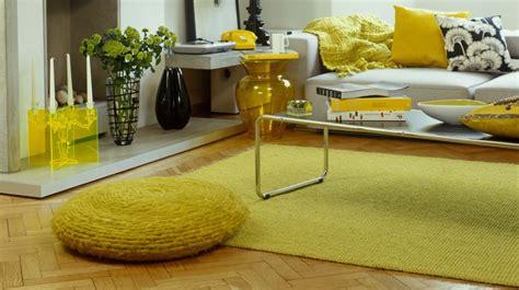 canapé shabby tapis jaune du soleil dans la déco westwing
