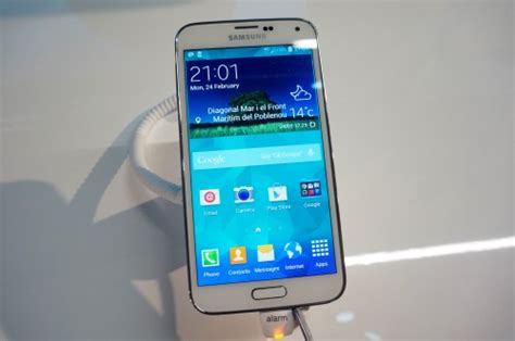 samsung galaxy s5 phone samsung s galaxy s5 phones to come with 500 worth of apps