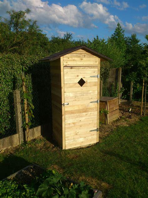 cabane pour outils de jardin en palette cabanon de