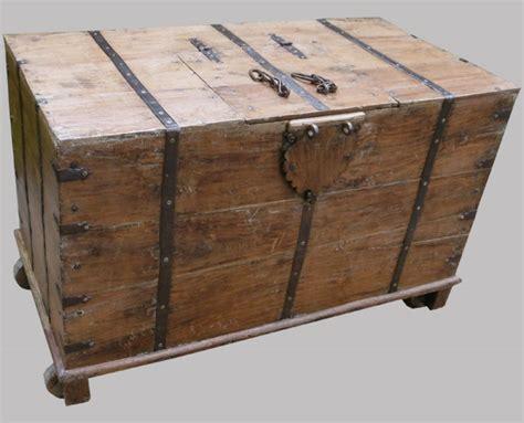 grand coffre ancien en teck mont 233 sur roulettes de bois