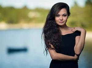 How to mix ambient light and fill flash for outdoor portraits
