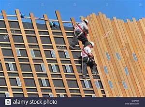 Bild Auf Holzplanken : bauarbeiter arbeitsbeleuchtung dachdecker gesch tzt durch sicherheitsgurte helme und seile ~ Sanjose-hotels-ca.com Haus und Dekorationen