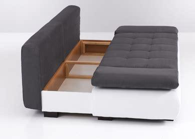 salon avec 2 canap駸 canap confortable banque moderne table basse en bois et du0027un canap confortable