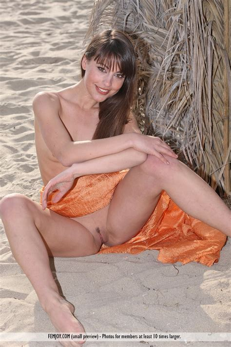 Euro Babes DB » Spanish Girl Nude On Beach
