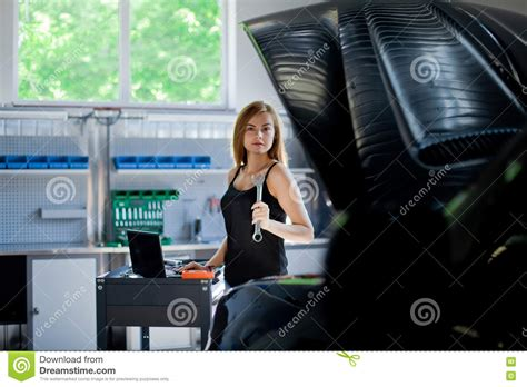 Frau In Garage by Mechanic At Work Auto Service Station Stock Image