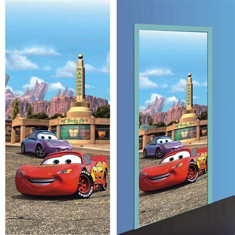 decoration cars pour chambre disney cars 2 décoration murale poster de porte