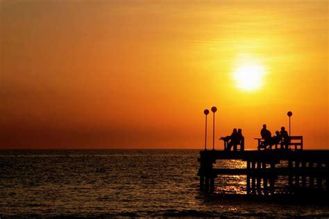 romantisme sunset  pantai akkarena situs budaya