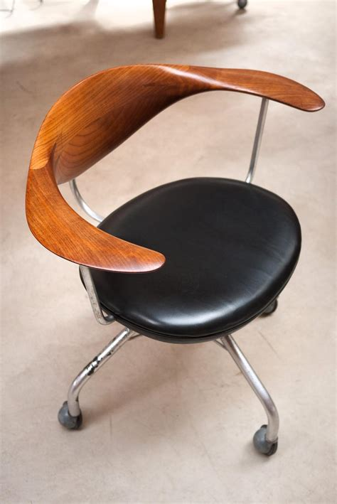 chaise pivotant craftsmanship and hans wegner pronounced for nuh bye oh