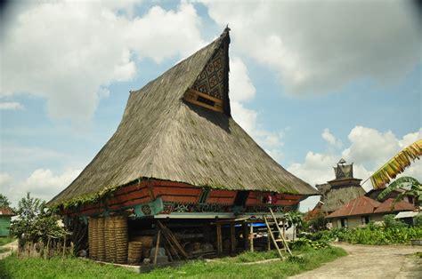gambar rumah batak karo  ciri khas atap adat denah