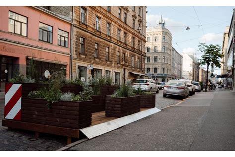 Rīgas zaļo ielu oāžu jeb parkletu risinājums izpelnījies ...