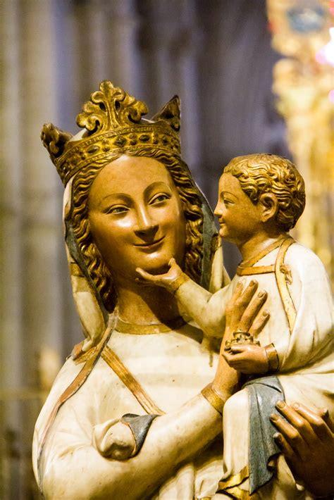 escultura virgen blanca interior del coro catedral de tole