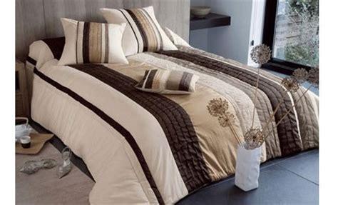 couvre canapé pas cher couvre lit marron pas cher table de lit