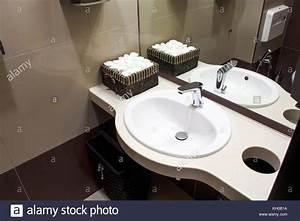 Was Heißt Waschbecken Auf Englisch : eine nahaufnahme eines modernen wei en waschbecken daneben gibt es eine box mit sauberen ~ Yasmunasinghe.com Haus und Dekorationen