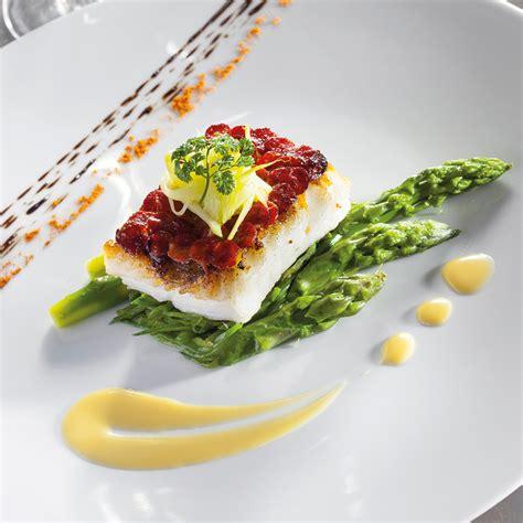 dressage des plats en cuisine pavé de turbot en écailles de chorizo légumes primeurs et