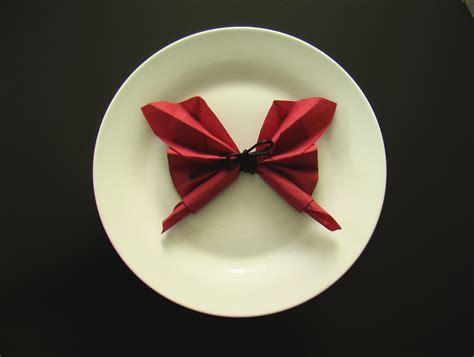 plier des serviettes de table plier une serviette en papillon origami