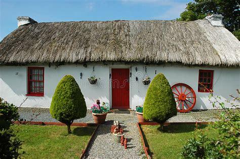 cottage irlandesi la casa tradizionale irlandese cottage con il tetto