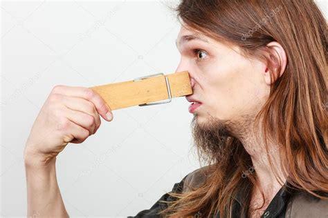 homme avec le nez bouch 233 par pince 224 linge photo 96687768