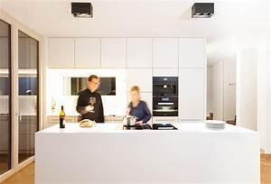 Küchenideen Mit Kochinsel : die wei e designerk che mit grifflosen deckenhohen tipon einbauschr nken und gro er kochinsel ~ Buech-reservation.com Haus und Dekorationen