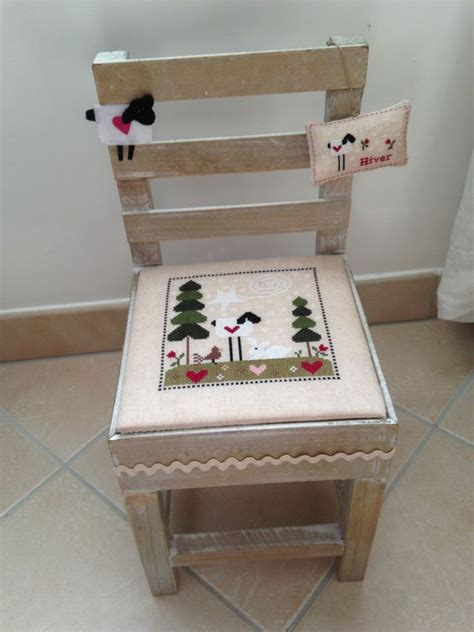 avec une chaise chaise décorée avec une grille tralala hiver