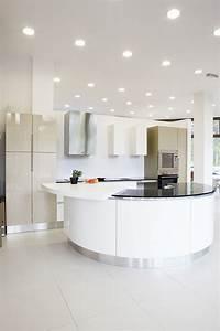 Led Spots Küche : abgeh ngte decke in einer modernen offenen k che mit neutralweissen led einbauleuchten led ~ Frokenaadalensverden.com Haus und Dekorationen