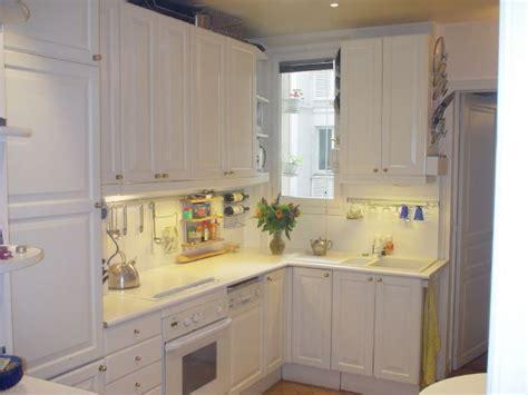 vaisselle de cuisine cuisine avec lave vaisselle vier sale avec la vaisselle