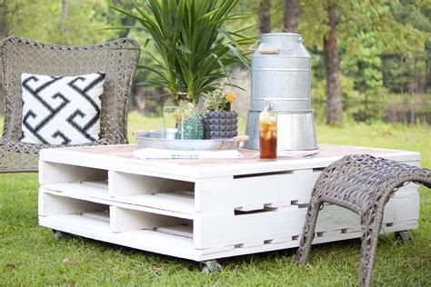 Coffee tables come in all sorts and sizes but finding the right one for you and your home might get a little bit tricky. DIY Pallet Coffee Table Gets an Outdoor Makeover - Southern Revivals