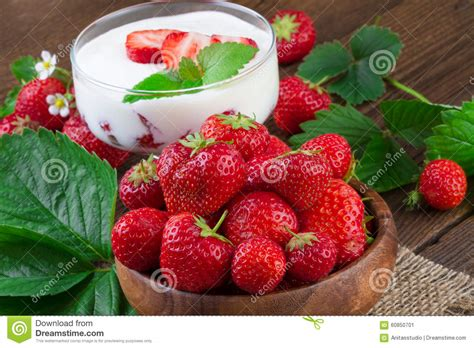 dessert de yaourt de fraise photo stock image 60850701