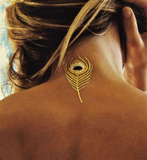 tatouage nuque femme plume cochese tattoo