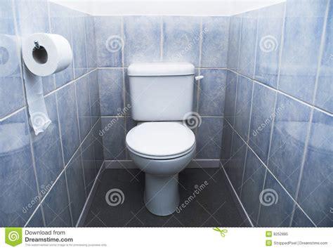 toilette toiletten rolle und aqua blau fliesen stockbild