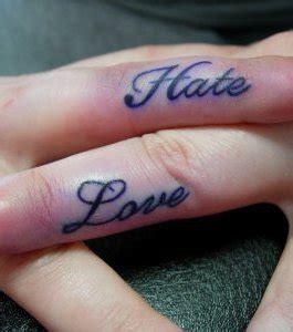 photo tatouage de femme lovehate sur le doigt
