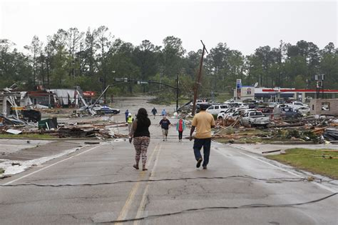 U.S. Storms Kills 21, Tornado Roars Through Mississippi City