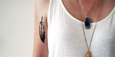 signifie la plume en tatouage  des symboles les